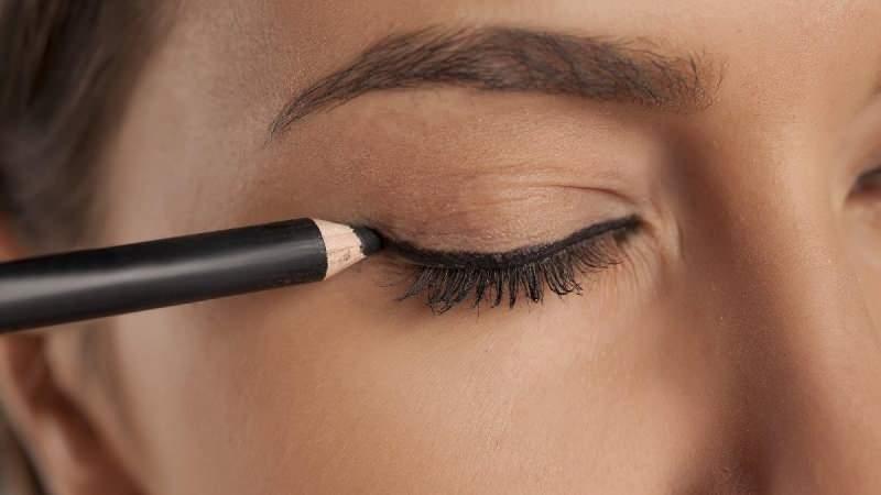 En kolay eyeliner nasıl çekilir? Eyeliner çekme yöntemleri nelerdir?