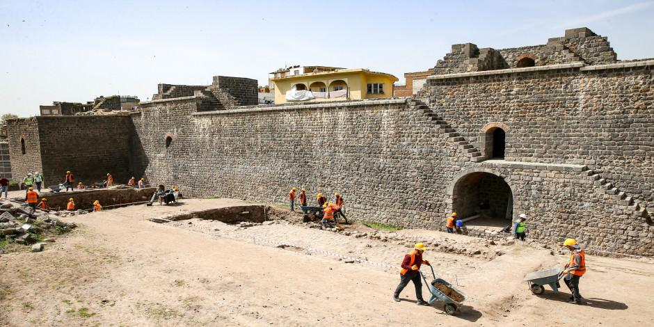 Diyarbakır'ın kalbinde 2 bin yıllık Roma yolu gün yüzüne çıkıyor