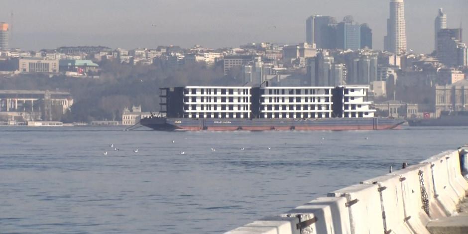 İstanbul Boğazı'ndan '4 katlı apartman' geçti
