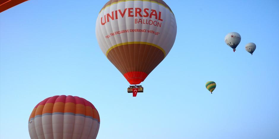 Kapadokya'da balonlar Türk bayraklarıyla uçtu