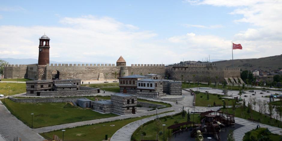 Erzurum'un asırlık yapıları millet bahçesiyle buluşuyor
