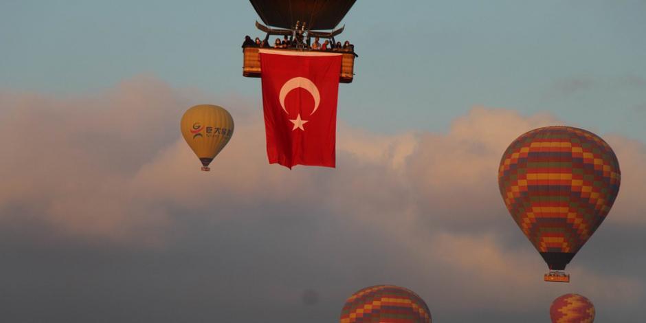 Kapadokya'da balonlar 15 Temmuz için havalandı