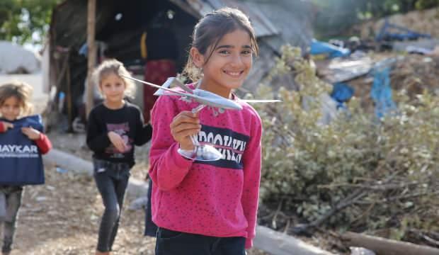 Baykar, ilk deneme uçuşlarının yapıldığı köyün sakinlerine İHA maketi hediye etti